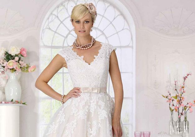 edb96e63cb0 Très Chic. Brautkleider für die romantische Braut. Raimon Bundo Kollektion